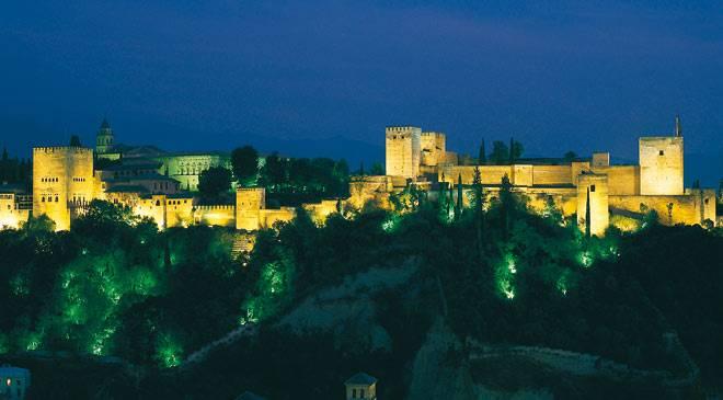Vista general de la Alhambra por la noche ©Turespaña
