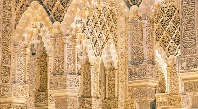 Columnas en el interior de la Alhambra ©Turespaña