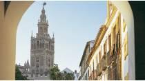 Vista de La Giralda desde un arco de la plaza. Sevilla © Turespaña